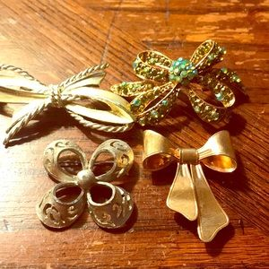 Lot of 4 Bow theme brooches-Avon, BSK